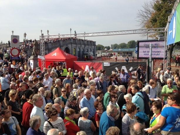 Vandaag steken weer tienduizenden mensen pontonbrug over