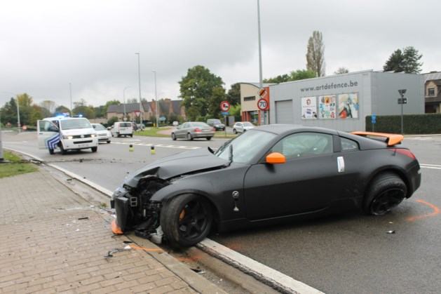 Sportwagen crasht tegen paal