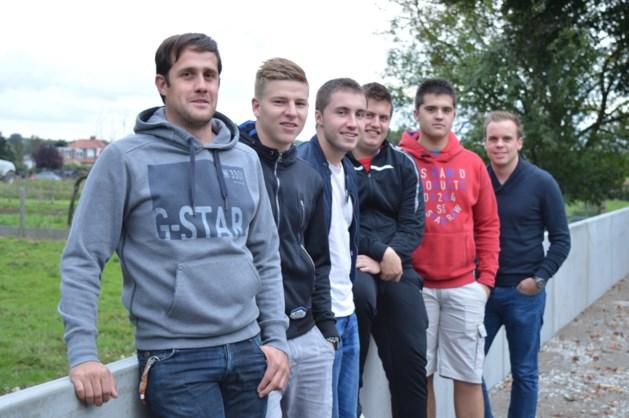 Zicherse jeugdvereniging plaatst zelf nieuwe muur
