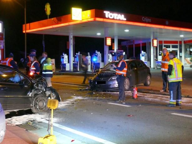 Twee gewonden bij zware klap aan tankstation