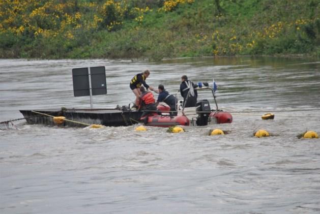 Brandweer redt omgeslagen kanovaarder uit Maas