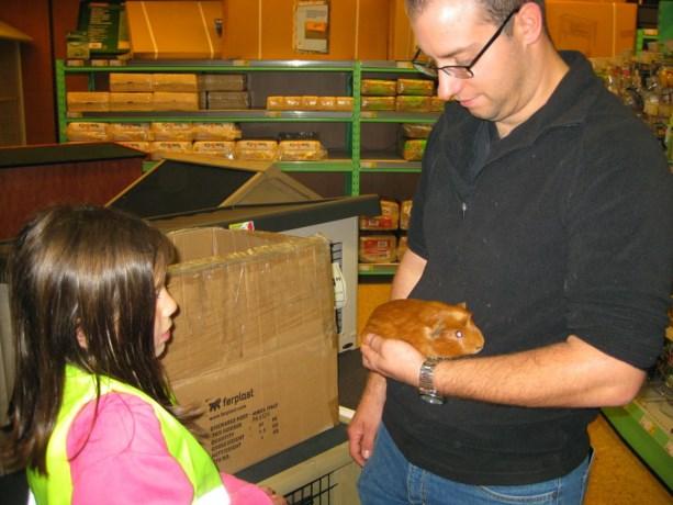 2de leerjaar Europaschool viert Werelddierendag in de dierenwinkel