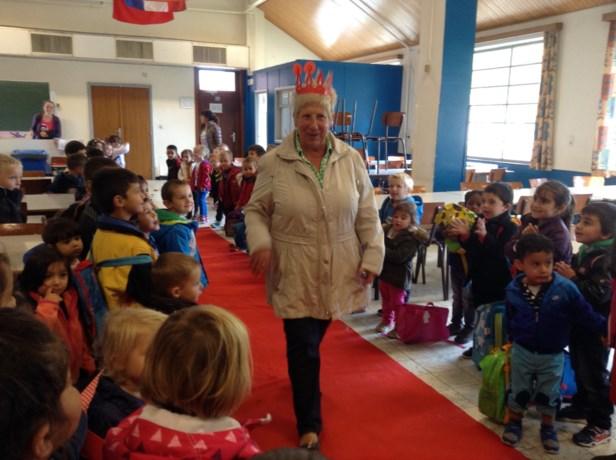 """De kleuters van het GO Leopoldsburg vieren """"70 jaar tante Léne"""""""