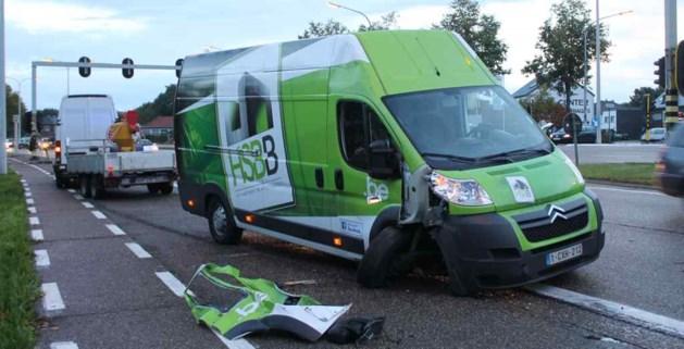 Bestelwagen botst op verkeerslicht