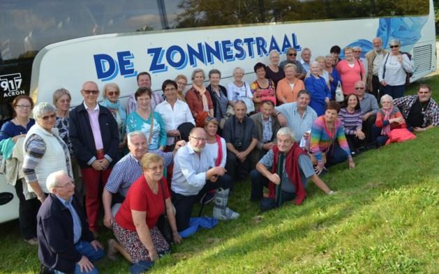 Senioren samen onderweg van wijnkelder tot Zoet Water