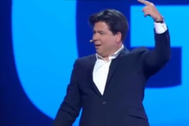 Topkomiek Michael McIntyre stopt show door onbeleefde gsm-gebruikster