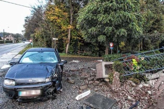 Auto slipt tegen muur in Opoeteren