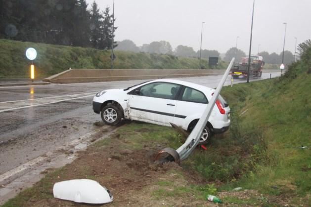 Auto slipt op rotonde omleidingsweg N 76
