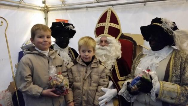 Sinterklaas bezoekt markt in Meeuwen