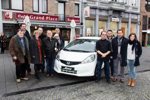 Etienne Weytjens krijgt te sleutels van de derde wagen van de 'Shop & the City' actie