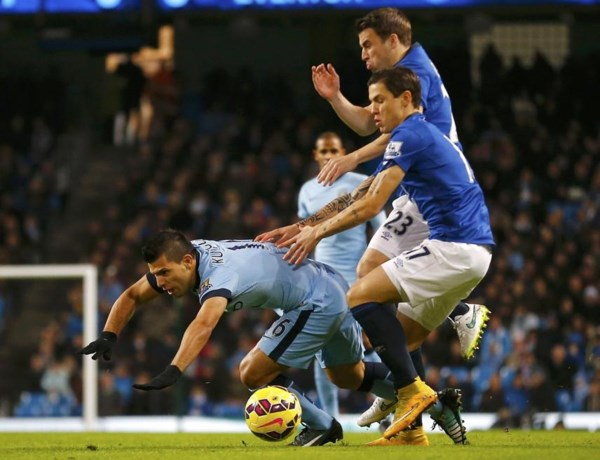Sergio Agüero loopt knieblessure op tegen Everton