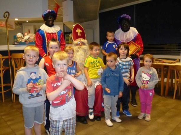 Sinterklaas verrast spelertjes basket Peer