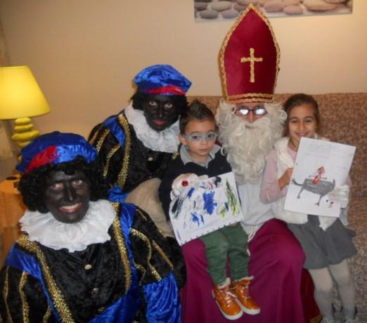 Sinterklaas verrast kinderen wijk Vliermaalroot
