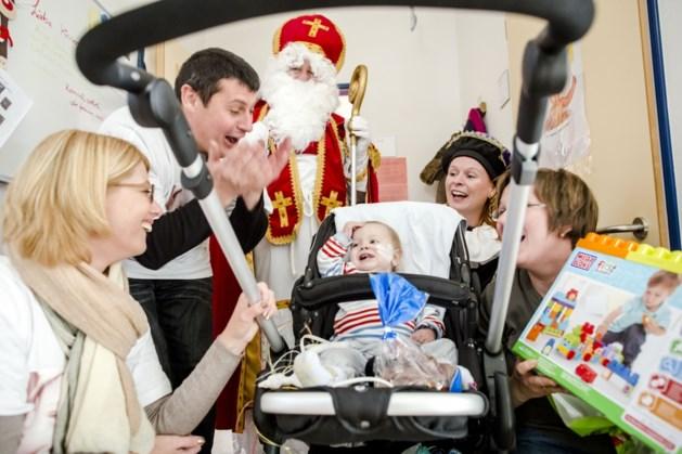 Ouders Noah met Sinterklaas naar Kinderhartcentrum: 'Lachende gezichten doen zo deugd' (video)