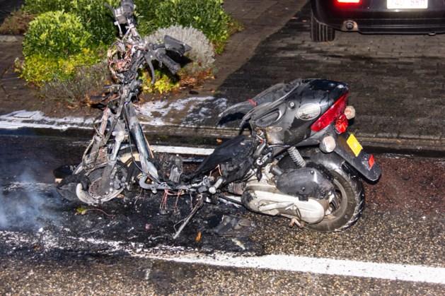 Brommer vat vuur tijdens het rijden