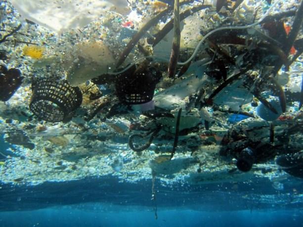 5 biljoen stukjes plastic in alle wereldzeeën samen
