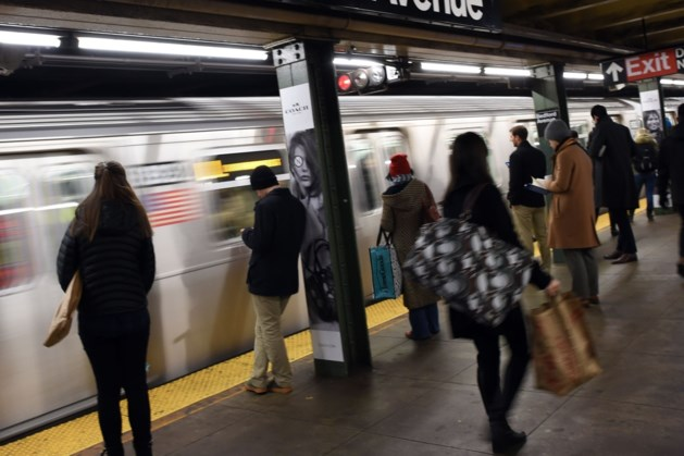 Agenten brengen kerstkindje ter wereld in metro