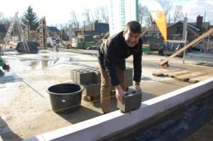Burgemeester legt eerste steen jeugdgebouw Halveweg