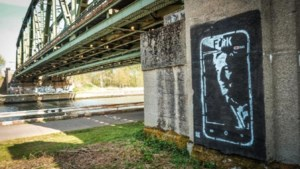 Artiesten spuiten kunstwerk op brug waar ex-politicus uit het leven stapte