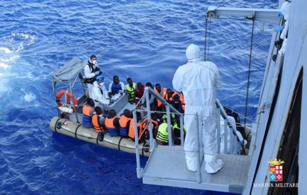 Minstens 350.000 migranten en vluchtelingen staken Middellandse Zee over