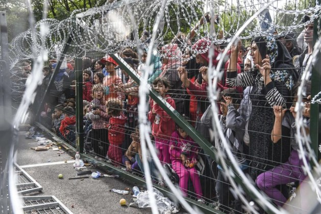 Hongarije zegt honderden vluchtelingen onverbiddelijk de halt aan aan grens