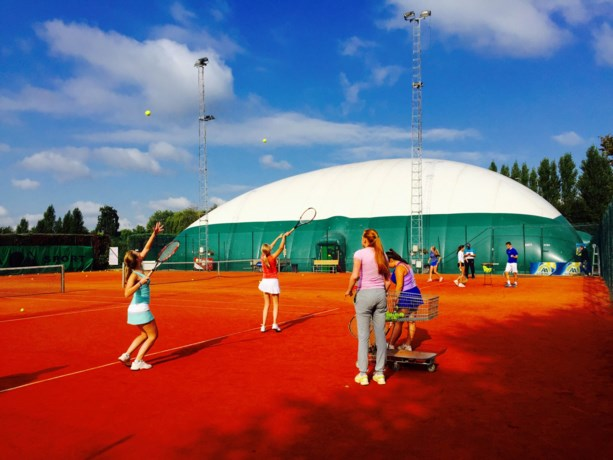 Tennisclub De Born maakt zich klaar voor de komende winterperiode.