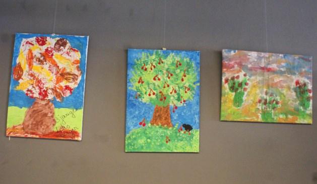 Kunstwerkjes van kinderen in bibliotheek