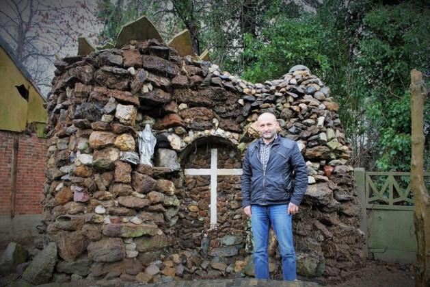Overtuigde moslim restaureert Mariagrot in zijn tuin