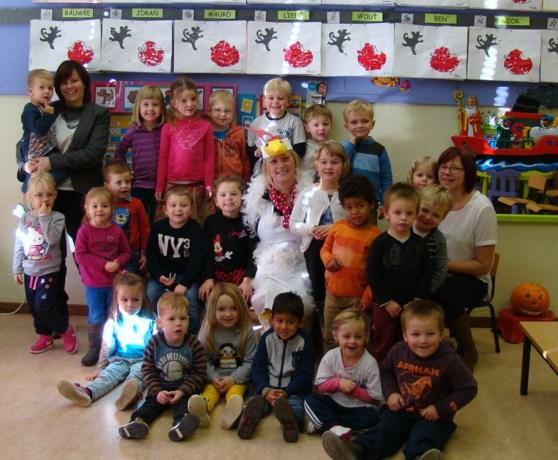 Burgemeester en jeugdschrijfster lezen voor in basisschool Kozen