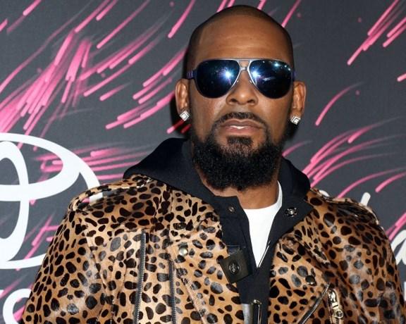 R. Kelly trapt het boos af tijdens interview