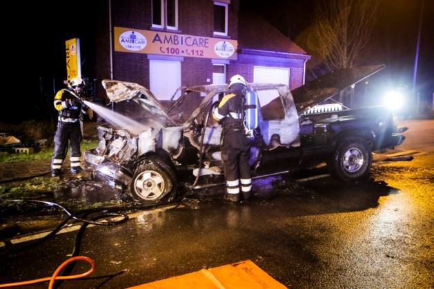 Auto vat vuur na botsing met stilstaande vrachtwagen
