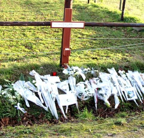 Bloemen en kruisje voor Dylan