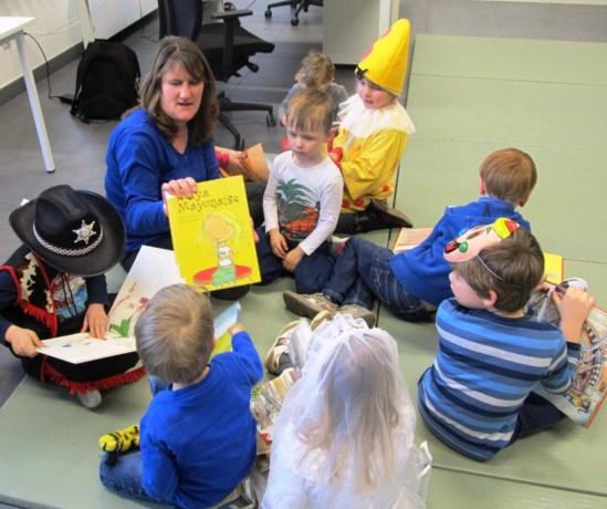 Kinderen genieten van verwennamiddag in de bibliotheek