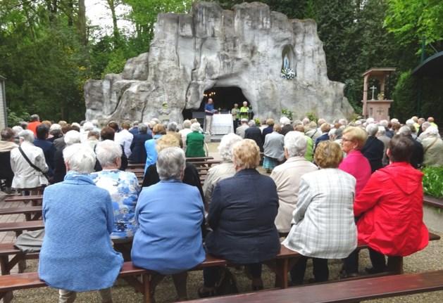 Senioren bezoeken Lourdesgrot in Wiemesmeer