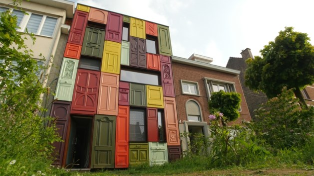 Gents koppel bekleedt gevel woning met deuren