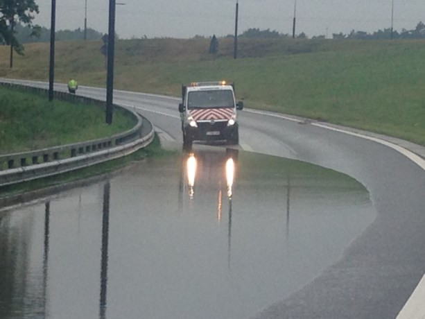 Verkeer omgeleid door wateroverlast op klaverblad in Lummen