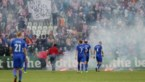 Kroatische fans gaan onderling op de vuist en schieten vuurpijlen af naar eigen spelers