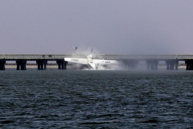 Watervliegtuig knalt tegen brug: vijf doden