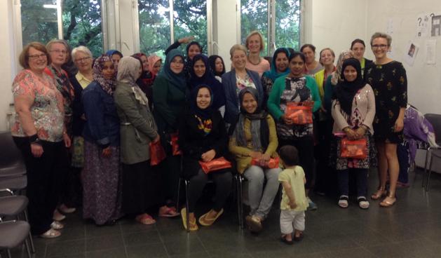 Vrouw en Maatschappij verwent asielvrouwen met cadeautjes