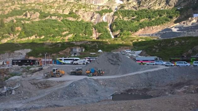 Nieuwe farce in de Tour: ploegbussen kunnen niet weg door niet volledig afgewerkte tunnel