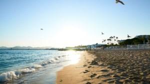 Cannes verbiedt grote tassen op strand na aanslag in Nice