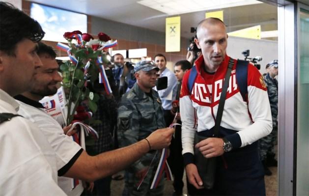 Volleyballer draagt Russische vlag tijdens openingsceremonie