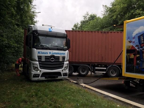 Geschaarde vrachtwagen veroorzaakt verkeershinder op E314 in Genk