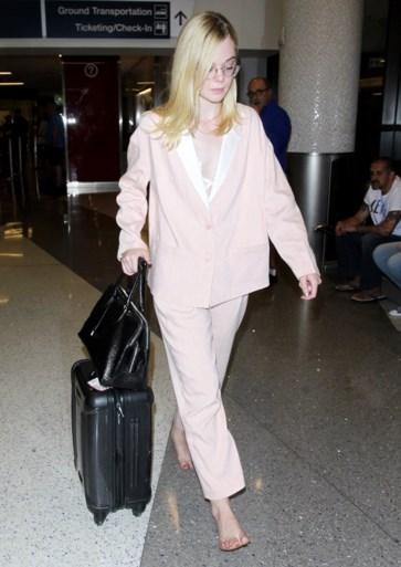 Elle Fanning loopt op blote voeten door de luchthaven en heeft daar een goede reden voor