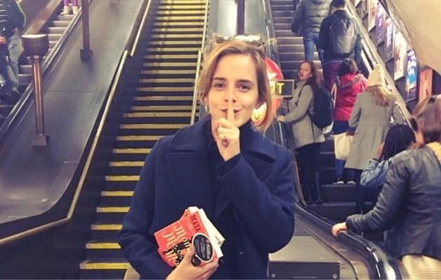 Actrice Emma Watson doet iets stiekem in de Londense metro