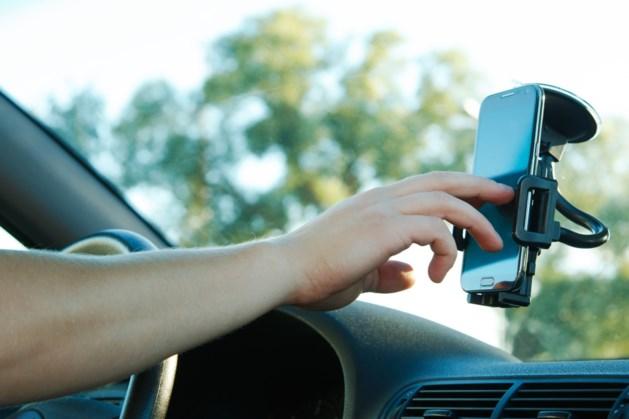 Handsfree bellen verviervoudigt kans op ongeval: minister Weyts wil geen verbod