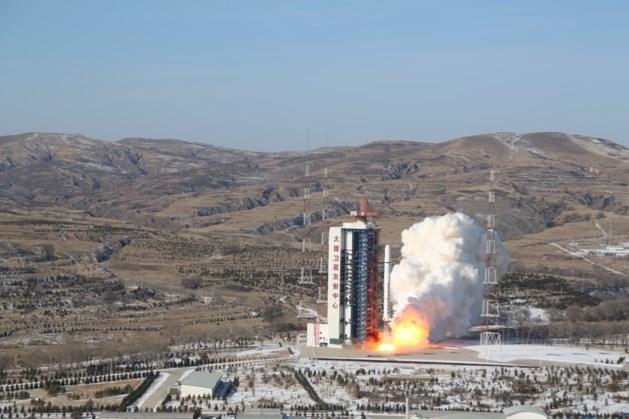 Twee satellieten draaien in verkeerde baan om aarde en riskeren neer te storten op aarde