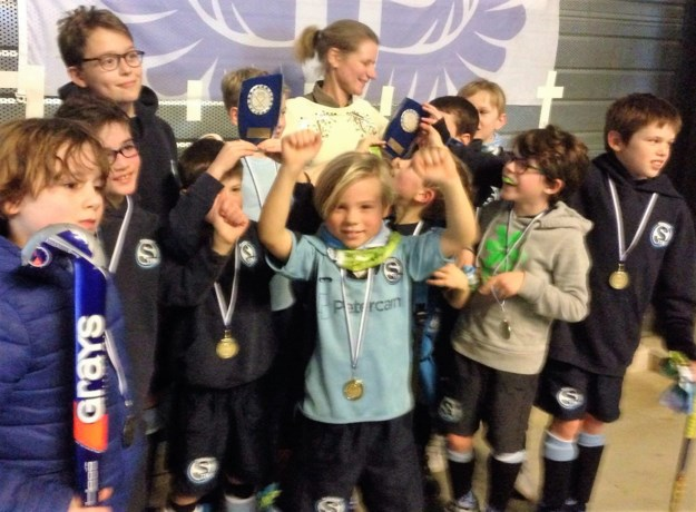 U9 van veldhockeyclub Hasselt Stix winnen zaalhockeytornooi
