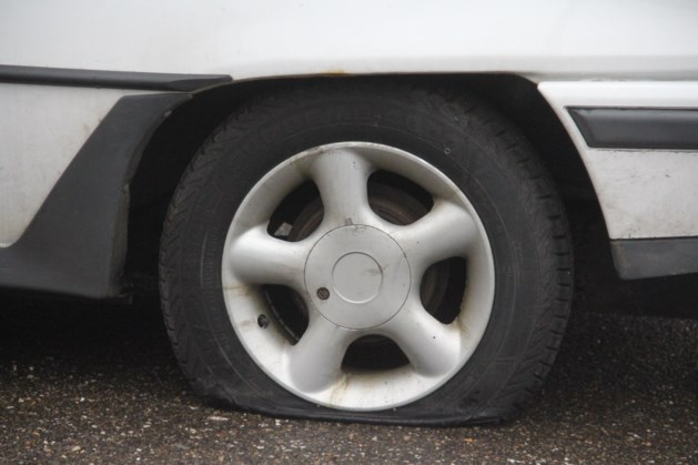 Vandalen slaan opnieuw toe: banden 30 auto's stuk gestoken