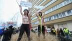 Halfnaakte vrouwen tegen Trump: protesten in Brussel tijdens bezoek van vicepresident Mike Pence